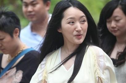 杨钰莹回母校心情激动 表情多样露囧态